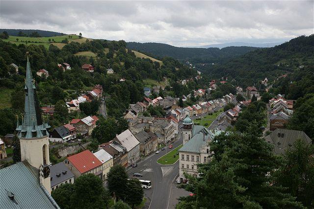 Z těžní věže dolu Svornost je nádherný výhled na městečko Jáchymov. Nekazí jej ani fakt, že značná část pozemků již patří lidem, kteří mluví česky pouze s přízvukem.