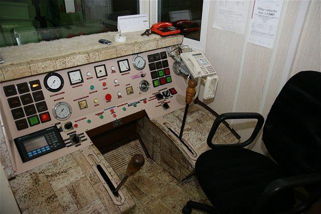 Strojovna na povrchu, odkud se ovládá dopravní nádoba pro mužstvo i pro materiál.