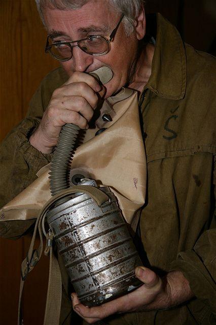 Horník nesmí do podzemí vyrazit bez sebezáchranného kyslíkového přístroje s maskou. Sedícího horníka dokáže přístroj zásobit kyslíkem zhruba 150 minut, pokud je však ve stresu a navíc se musí například pohybovat, doba se zkrátí na 50 minut. Zařízení se aktivuje vytržením zátky, čímž se odkryje patrona z peroxidové hmoty. Dýcháním do hubice ji vystavíte působení oxidu uhličitého a vlhkosti, čímž se z patrony uvolní kyslík. Chemická reakce je navíc exotermická, přístroj se zahřívá. Dalším nezbytným vybavením je čelová svítilna s batterypackem na opasku. Na jedno nabití vydrží svítit až 16 hodin.