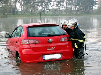 záchrana seatu z rybníka v Běchovicích (17.10. 2007)