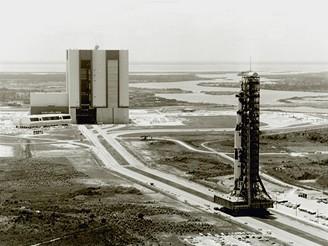 Vyvážení rakety Saturn 5 z montážní haly na rampu