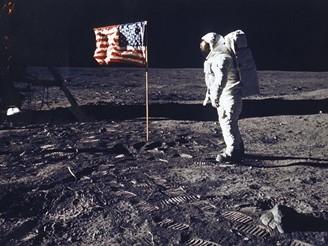 Pocta vlajce, pod níž tam přiletěli