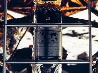 Plaketa na spodní části lunárního modulu, jíž kosmonauti vzdali čest padlým kolegům