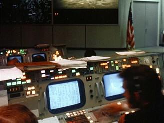 Lidé v hlavním řídícím sálu v Houstonu s napětím sledovali muže na Měsíci