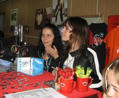 Kliknutím zobrazíte větší formát - Ewa Farna po koncertu v Brně nevydržela pohled na nápor fanoušků u prodeje jejích propagačních předmětů a stoupla si sama za pult