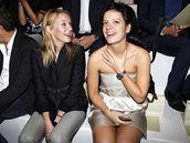 Herečka Ludvine Sagnierová a zpěvačka Lily Allenová na módní přehlídce Stelly McCartneyové