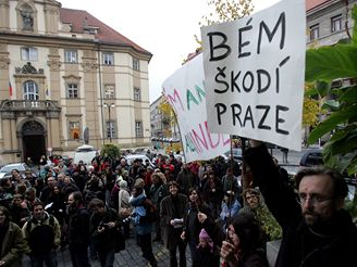 Demonstrace příznivců a odpůrců Kaplického knihovny