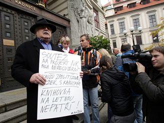Milan Knížák na demonstraci příznivců a odpůrců Kaplického knihovny