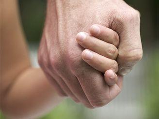 Rodič by měl osvětlit, které dotyky jsou správné a kdo se smí dítěte kde dotýkat.