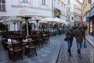 Venkovní restaurace na rohu Jilské a Jalovcové ulice na Starém Městě na Praze 1