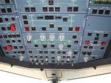 Přístroje na stropě pilotní kabiny v Airbusu A-319CJ
