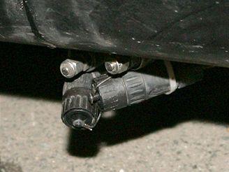 Podezřelé zařízení ve spodní části auta