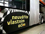 Reklamní autobus výstavy Victora Vasarelyho