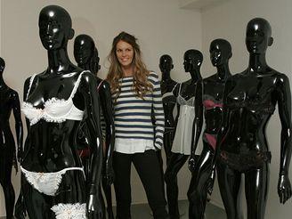 Australská modelka Elle Macphersonová představuje kolekci spodního prádla vlastní značky Intimates v Madox Arts Gallery v Londýně (8. listopadu 2007)