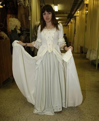 Ewa Farna v šatech, které si pár hodin před koncertem v Lucerně vybírala pro natáčení nového videoklipu