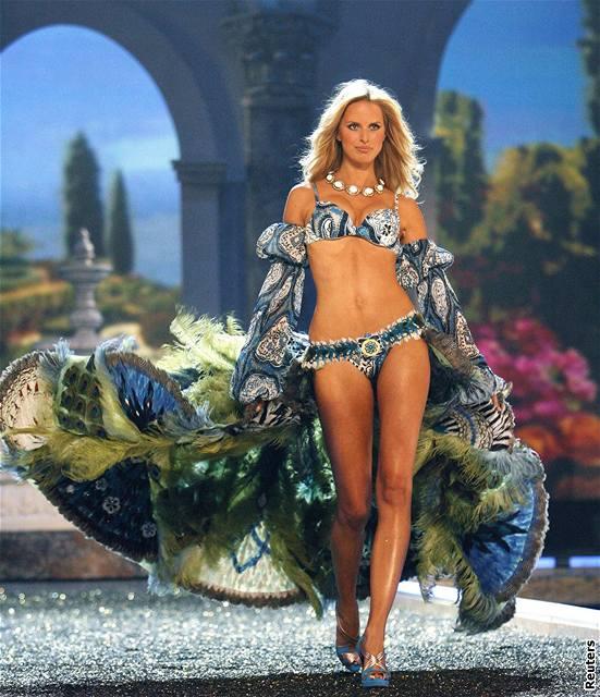 Modelka Karolína Kurková předvádí prádlo značky Victoria's Secret na hollywoodské přehlídce (15. listopadu 2007)