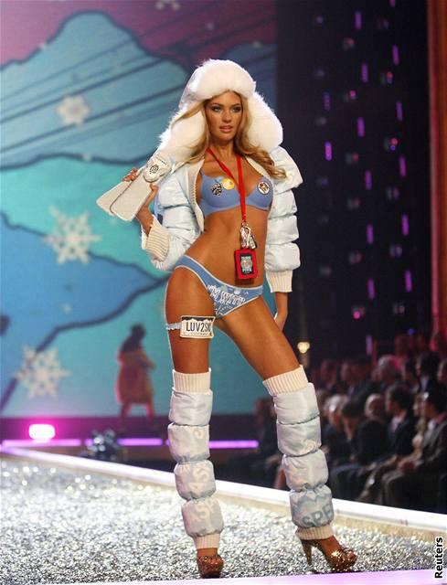Modelka předvádí prádlo značky Victoria's Secret na hollywoodské přehlídce (15. listopadu 2007)