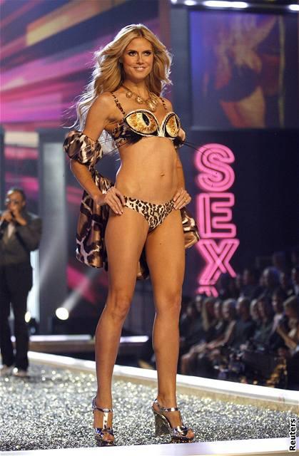 Modelka Heidi Klumová předvádí prádlo značky Victoria's Secret na hollywoodské přehlídce (15. listopadu 2007)