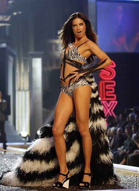 Modelka Adriana Lima předvádí prádlo značky Victoria's Secret na hollywoodské přehlídce (15. listopadu 2007)