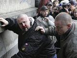 Zbitý neonacista po střetu s anarchisty v centru Prahy