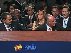 Španělský premiér Zapatero a král Juan Carlos (vpravo) na summitu v chilském Santiagu