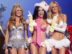 Modelky značky Victoria's Secret Heidi Klumová, Adriana Lima a Karolína Kurková na hollywoodské přehlídce (15. listopadu 2007)