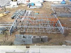 Montáž 38 tunového dílce střechy probíhá na místě budoucího trávníku