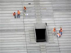 Práce na povrchu tribuny