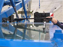 Kabina jeřábníka má stěrač i na prosklené střeše