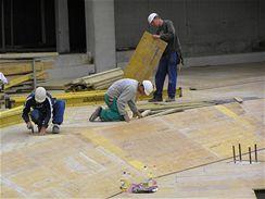 Práce tesařů na bednění pro bedničkový železobetonový strop