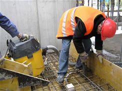 Čištění bednění budoucího schodiště od nečistot před betonáží