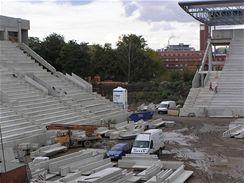 Severovýchodní roh stadionu, bude dokončen po montáži ocelové kce střechy