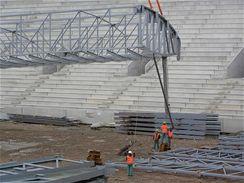 Pohyb mohutné 38 tunové konstrukce se koriguje pomocí lan