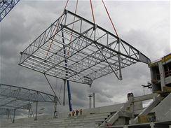 Díl střechy se blíži k místu montáže