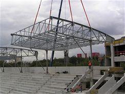 Usazování konstrukce střechy do ocelového táhla