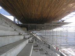 Lešení nad tribunou pro stabbu dřevěného podhledu a instalaci světel