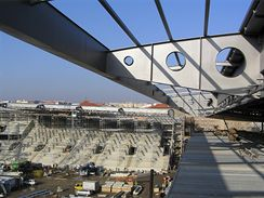 Lešení pro montáž podhledu a světometů, v pozadí severní tribuna