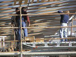 Práce na dřevěném podhledu na severní tribuně