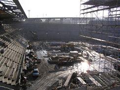 Lešení nad severní tribunou, vlevo východní a vzadu jižní tribuna