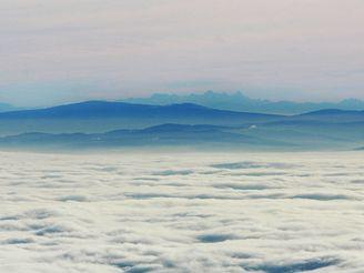Šumava a v pozadí Alpy při inverzi (21.11. 2007)
