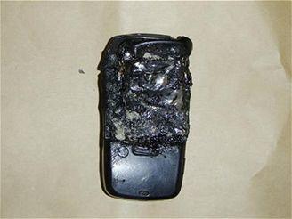 Ohořelý mobilní telefon oběti...