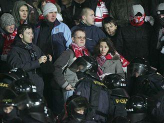Rozvášněný dav fanoušků Spartaku musela střežit policie
