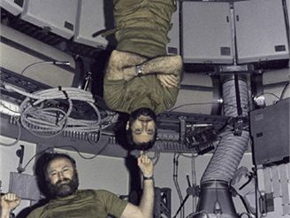 Astronauti Carr (dole) a Pogue v horním patře orbitální dílny