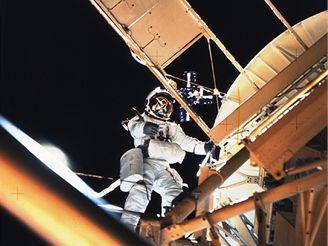 Astronaut Garriott se chystá vyjmout kazetu se snímky Slunce z ATM