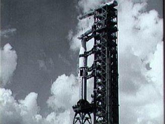 Saturn 1B s transportní lodí Apollo na rampě LC-39B