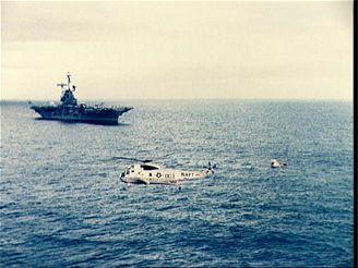 Apollo s první posádkou po přistání v Pacifiku