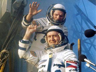 Kosmonaut Vladimír Remek V popředí) a Alexej Gubarev nastupují do kosmické lodi