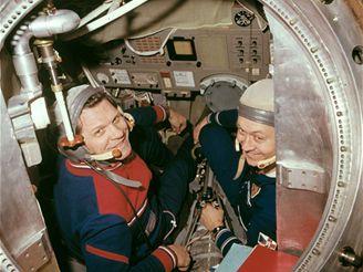 Velitel kosmické lodi Alexej Gubarev a čs.kosmonaut Vladimír Remek v cvičné orbitální stanici Saljut