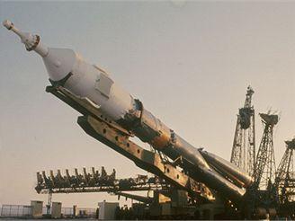 Příprava nosné rakety s kosmickou lodí Sojuz 28 na start