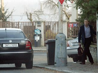 Pavel Bém vychází ze svého nového domova ve Vokovicích.